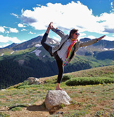 233px-Yoga_dancer_pose_at_Independence_Pass,_CO  Autor: Mark Donoher